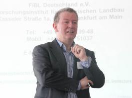 Axel Wirz vom  Forschungsinstitut für biologischen Landbau (FiBL) zeigte die weniger offensichtlichen Kosten der Grünen Gentechnik auf.