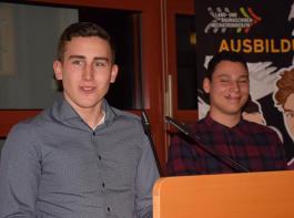 Im Namen der Mitschüler dankten Simon Moser (links) und Samuel Boos allen Wegbegleitern.