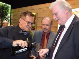 Franz Benz (Mitte) und Peter Wohlfahrth (rechts) überzeugten sich von den Weinen.