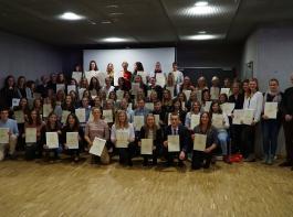 Die  Absolventen im Beruf Pferdewirt/Pferdewirtin  erhielten in Stuttgart ihre Abschlussurkunden.