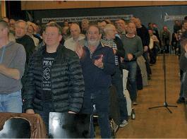 """Klare Meinungsäußerung: """"Wer der Meinung ist, dass der Entwurf des Forstreformgesetzes geändert werden muss, der soll aufstehen"""", lautete die zuvor geäußerte Aufforderung an das Publikum im Saal. Mehr als 700 waren zu der Veranstaltung des BLHV nach Hausach gekommen."""
