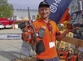 Der Münchener Baumpfleger Martin Götz präsentierte bei der Forst live am Husqvarna-Stand sein Arbeitsgerät. Rechts ein Wechselakku. Die Säge ist dank  niedrigem Gewicht, 30-cm-Schwert und  kurzer Bauart sehr handlich. Der Akkubetrieb erlaubt einen einfachen Motorstart ohne Startseilzug.
