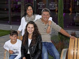 Leben und Arbeiten auf dem Weingut: Heidi und Frank Briem mit Fabienne und Aaron.