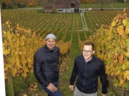 Lorenz Keller (links) und Julian Moser wollen die Gailinger Reblage Schloss Rheinburg wieder aus dem Dornröschenschlaf wecken.