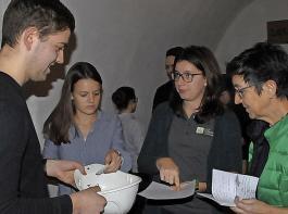 Die Wahlen zur Neugründung der Landjugendgruppe waren gut vorbereitet. Kathrin Leininger und Katharina Dier (von rechts) assistierten.