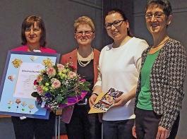 Mit Luise Blattmann, die nun Ehrenbezirksvorsitzende ist, freuen sich Präsidentin Rosa Karcher  (links), Bezirksvorsitzende Christiane Wangler und deren Stellvertreterin Kathrin Leininger (3. und 4. v.l.)