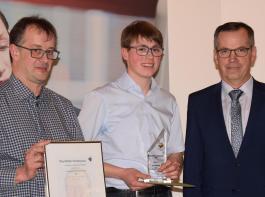 Tobias Schuler begleitete seinen ehemaligen Azubi Michael Gfell, dem Obermeister Helmut Wieser den Paul-Ritter-Förderpreis überreichte (von links).