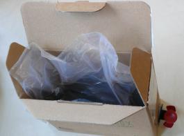 Die Bag-in-Box besteht aus einem Beutel (Bag), in den eine Flüssigkeit verpackt ist, und einem Umkarton (Box).