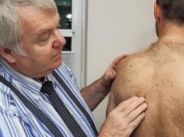 Eine Hautkrebs-Vorsorgeuntersuchung ist besonders wichtig, da Weißer Krebs sehr gut heilbar ist – vorausgesetzt, er wird frühzeitig erkannt. Messungen der SVLFG haben ergeben, dass Winzer der Sonneneinstrahelung im Durchschnitt fast dreimal so stark ausgesetzt sind wie andere Bürger.