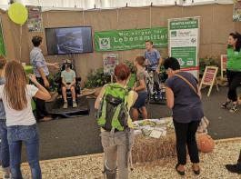 Das berufsständische Informationsangebot im Tierzelt ist rege gefragt. Hier betrachtet gerade ein junger Messebesucher die Landwirtschaft mit einer Virtual-Reality-Brille: eine Gemeinschaftsaktion des BLHV und des Maschinenrings Breisgau.