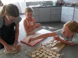 Brötchen selber backen fürs gemeinsame Frühstück stand hoch im Kurs beim Sommerferienprogramm der Landfrauen Oberrotweil.