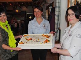 """Andrea Lang, Karina Stengelin und Doris Eichkorn (v.l.) überreichten als neues Vorstandsteam Hanne Dauwalter eine """"Fleißige-Bienen-Torte"""", die ihr den Abschied etwas versüßen sollte."""