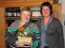 Vorsitzende Sigrid Schmelzle (rechts) ehrt Karin Haas  für ihre Tätigkeit als Schriftführerin. Haas ist künftig als Beisitzerin tätig.