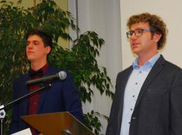 Die Jahrgangsbesten Carsten Göz (rechts) und Elias Fitz sprachen für ihren jeweiligen Meisterkurs.