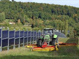 Blick auf einen Solarpark mit senkrechten Modulen in Dirmingen im Saarland. Der Abstand  zwischen den Reihen beträgt gut  zehn Meter. Die Anlage auf einer Fläche von rund sieben  Hektar ist seit September 2018 teilweise und seit Dezember vollständig in Betrieb.