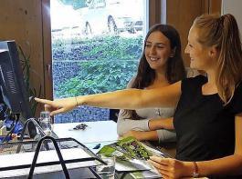Bildungsreferentin Silvia Kaiser (rechts) erklärte Lea  Hildenbrand die Abläufe beim BBL.