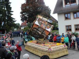 """Unter den vielen kreativen Motivwagen siegte der  """"Zauberwürfel"""" der Landjugendgruppe  Hausen vor Wald."""