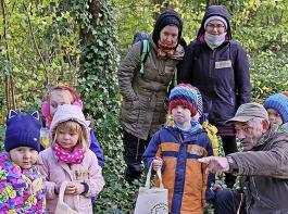 Die Kinder sammelten Blätter, Pilze und Moose im Wald und untersuchten die Fundstücke anschließend im Labor.