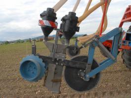 Zum Wiederverschluss trägt ein schmales Ausbringschar ebenso bei wie die Stachelreihe nach dem Schar und  die genau eingestellten Zustreichräder.