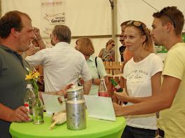 Diskussion mit jungen Verbrauchern über die heimische Landwirtschaft.