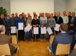 Die Absolventen von 1993 - einem von sieben jahrgängen der damaligen Techniker-Modellschule - erhielten die Silberne Urkunde.