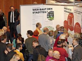 Die Info-Stände von Gegnern und Befürwortern im Freiburger Konzerthaus waren dicht umlagert.