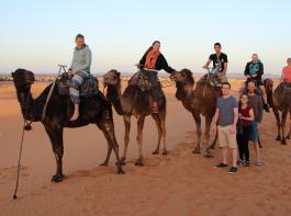 Auf Kamelen ritten die Landjugendlichen in die Wüste,  wo sie dann eine aufregende Nacht verbrachten.
