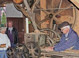 Günter Metzger hatte in der Lohmühle als Gerber gearbeitet. Nach Schließung seines Betriebs spendete er dem Museum die Häckselmaschine.