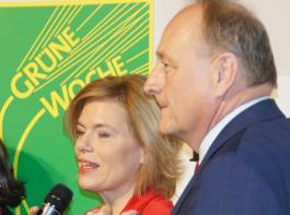 Schauen in die gleiche Richtung, sind aber nicht in allen Punkten gleicher Ansicht: Bundeslandwirtschaftsministerin Julia Klöckner und Joachim Rukwied, Präsident des Deutschen Bauernverbandes.