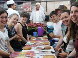 Bei traditionellem Essen lernten die Landjugendlichen die Kultur ebenfalls kennen