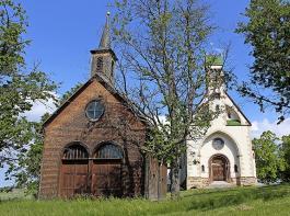 Die alte Kapelle (links) und die Ende des  19. Jahrhunderts erbaute Wallfahrtskirche  zum Witterschneekreuz.