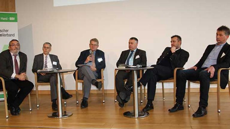 Auf dem Podium in Herrsching: Bernhard Kühnle (BMEL), Dr. Georg Beck (StMELF), Dr. Gert Wittkowski, Bauernpräsident Walter Heidl, Georg Schlagbauer (Landesinnungsmeister Fleischerhandwerk), Paul Hegemann (ZDS).