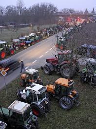 Traktoren-Demonstration auf der Zufahrtsstraße zur Veranstaltung.