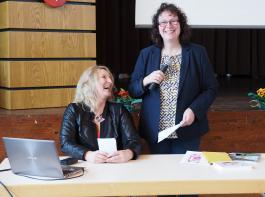 Bezirksvorsitzende Ingrid Schwörer (re.) und  Referentin Silke Naun-Bates versprühten gute Laune.