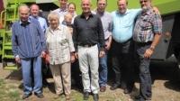 Die Vier-Generationen-Landwirtsfamilie Horn, mit HBV-Präsident Friedhelm Schneider (2. v. l.) und den Vertretern des Regionalbauernverbandes Starkenburgs, v. r.: Hubert Wolf, Dr. Willi Billau und Gerhard Jung.