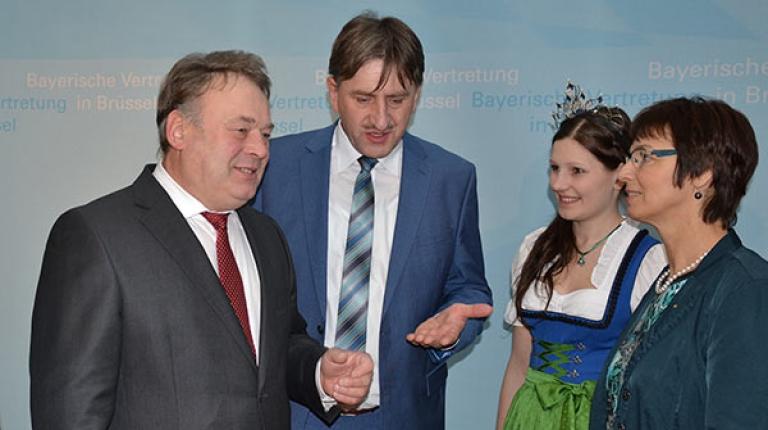 Milchpr�sident G�nther Fel�ner mit Minister Helmut Brunner, Milchprinzessin Eva-Maria B�uml und Ulrike M�ller (MdEP) in Br�ssel.