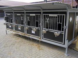 Aufgeständerte Kälberboxen mit Spaltenrosten, die eingestreut werden,  gibt es sowohl als Einzelbox als   auch als Boxenbatterie. Geeignet sind sie für die ersten 14 Lebenstage des Kalbes.