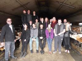 Auf dem Betrieb von Familie Hilzinger in Tuttlingen lernten die Schüler viel über Milchvieh, Biogas, Legehennen und Direktvermarktung.