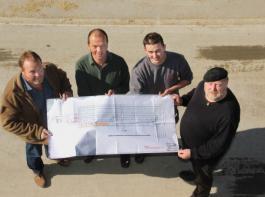 So sieht der Grundriss-Plan im Moment     aus, zeigen (v. li.) Thomas Metzler, Edwin König, Felix Kaltenbach und Georg Rauch. Links neben dem Stallgebäude  schließt sich   das   schmälere Melkhaus an.