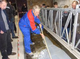 Gebhard Rist, Gebietsverkaufsleiter des Unternehmens DeLaval, zeigte, wie sich ein Futtertisch für mehr Hygiene sanieren lässt.