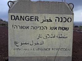 Warnhinweise auf Betonpfosten weisen darauf hin, dass die Region ein Ort kriegerischer Auseinandersetzungen war und auch heute noch ist.