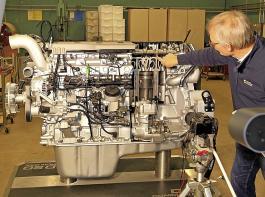 Professor Albert Stoll erklärt den Studierenden per Livestream die Komponenten eines Dieselmotors.