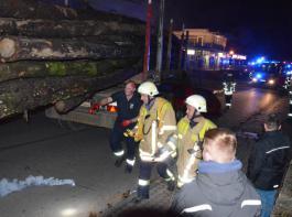 Unfall in der Innenstadt von Bad Krozingen. Die Helfer müssen sich zuerst einen Überblick verschaffen.