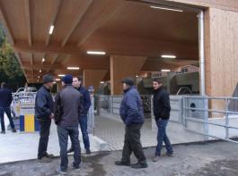 Die Südostseite des Jungrinderstalles ist offen. Fressen ist für die Rinder künftig mit Panoramablick möglich