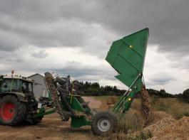 Die maschinell aufgelesenen Steine werden am Feldrand abgelegt. Es gibt verschiedene sinnvolle Verwendungsmöglichkeiten.