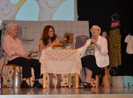 Die ehemalige Schulsekretärin Ursula Günter (li.) und die frühere Dorfhelferin Gertrud Himmelsbach (re.) schwelgen mit Moderatorin Sandra Klein-Gießler in Erinnerungen.