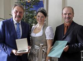 Hohe Auszeichnung: Der Geehrte, Norbert Weber (links), der am 1. Januar 70 Jahre alt wurde, mit der Badischen Weinkönigin Franziska Aatz und Franz Benz,  Vizepräsident des Badischen Weinbauverbandes.