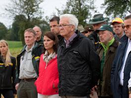 Betretene Gesichter: Ministerpräsident Winfried Kretschmann (Mitte) und die ihn begleitende Delegation beim Blick auf die Schäden im Wald