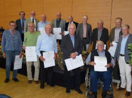 Nicht alle 33 Winzer und Landwirte, die vor 50 Jahren die Meisterprüfung abgelegt hatten, konnten zur Verleihung der Goldenen Meisterbriefe kommen. Die Anwesenden stellten sich für ein Gruppenbild auf.
