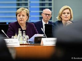 Beginn eines längeren Gesprächsprozesses: Bundeskanzlerin Angela Merkel (im Bild mit Bundeslandwirtschaftsministerin Julia Klöckner) benannte als Ziel faire Beziehungen  zwischen den Akteuren vom Erzeuger über Verarbeiter und Lebensmittelwirtschaft bis hin zum Einzelhandel.